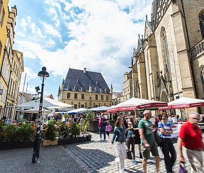 Das Rathaus des Westfälischen Friedens befindet direkt neben der St. Marien-Kirche und der Stadtwaage. Die alten Fachwerkhäuser gegenüber finden sich oft als Repräsenant auf vielen Motiven der Friedensstadt Osnabrück wieder. Ein perfekter 360-Grad-Blick auf die Historie der Stadt.