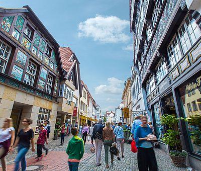 Überwiegend inhabergeführte Geschäfte sind im Bereich der Krahnstraße und im gesamten Altstadt-Viertel zu finden. Hochwertige Bekleidung, Brillen, Schreibwaren, Kunst und Gourmet-Geschäfte sind hier angesiedelt – da findet jeder etwas Besonderes und Ausgefallenes.