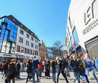 Die Große Straße in Osnabrück ist immer wieder ein beliebtes Einkaufsziel in der Innenstadt. Neben verschiedenen Buchhandlungen und Juwelieren haben die Osnabrücker in der Großen Straße die Möglichkeit aus verschiedenen Bekleidungsgeschäften zu wählen. Optisch harmonieren die alten Gebäude mit den Neubauten.